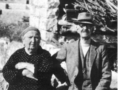 מאיר עבו ממשיכה של המסורת בדור השלישי ורעייתו הנאמנה רחל לבית גלדסטון, שסייעה בידו לקיימה במשך 47 שנה