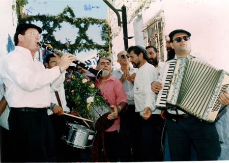 Clarinetist Shmuel Ahiezer and his band
