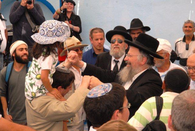 """רפאל עבו (בנו של צבי עבו ז""""ל) רוקד עם הרב שמואל אליהו"""