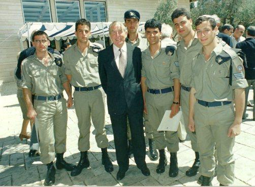 רפאל, מימין, מקבל אות הצטיינות מנשיא המדינה מר חיים הרצוג, 1991