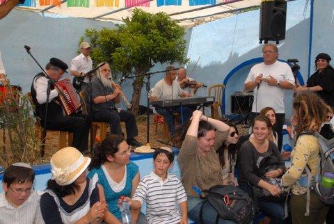המנחה הוותיק דני חדד, נעים זמירות ישראל (עומד מימין) – אמן הקלרינט העולמי, מוסא ברלין ולהקתו (משמאל)