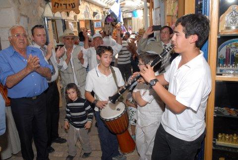 צבי ודניאל עבו בניו של רפאל עבו, מנגנים בקלרינט ובדרבוקה