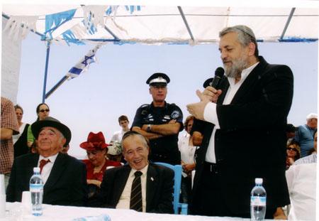 השר בני אלון מברך את משפחת עבו על שמירת המסורת, 2004, תשס