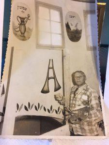 פסח בן אורי מצייר בבית הכנסת
