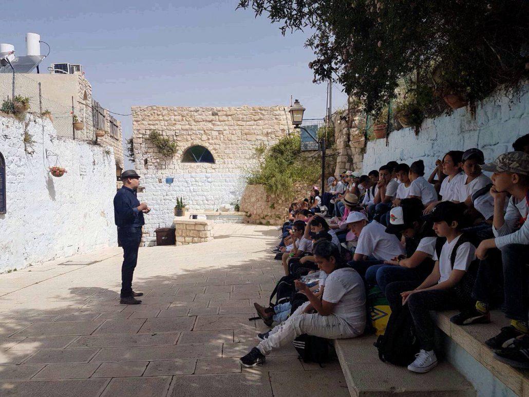 המקום: כיכר עבו. רפי פינקלשטיין, מבני הדור השישי של שושלת עבו, מספר לתלמידי צפת את סיפורי הגבורה של השושלת.